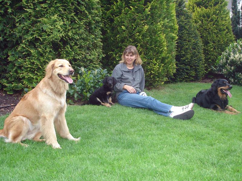 Hovawarte vom Düringer Moor - 2006: Im Garten mit Klein-Queena